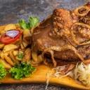 Lassan sütött sertéscsülök egészben Steak burgonyával és lyoni hagymával 1 - Aranyhordó Étterem és Pálinkaház