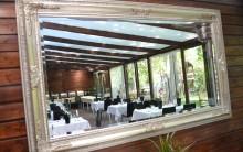 Dunaújvárosi éttermünk egy tükrön keresztül